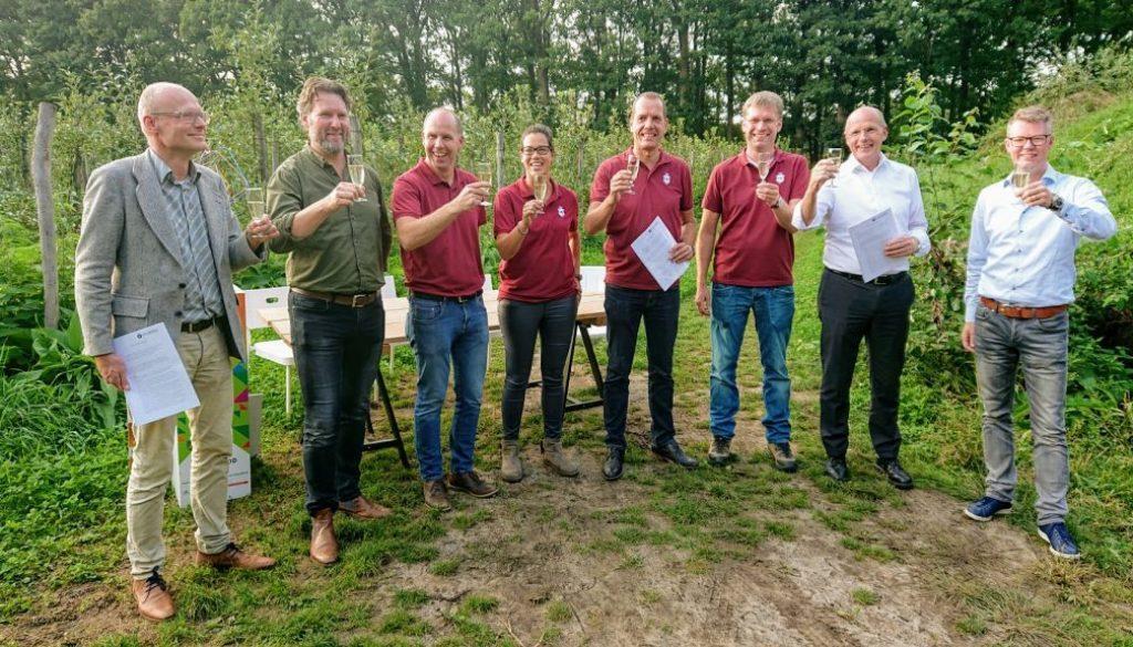 Vertegenwoordigers van (vlnr) Hart van Brabant, Herenboeren Nederland Uitvoering, Breda en Rijk van Dommel en Aa toosten op de samenwerking,